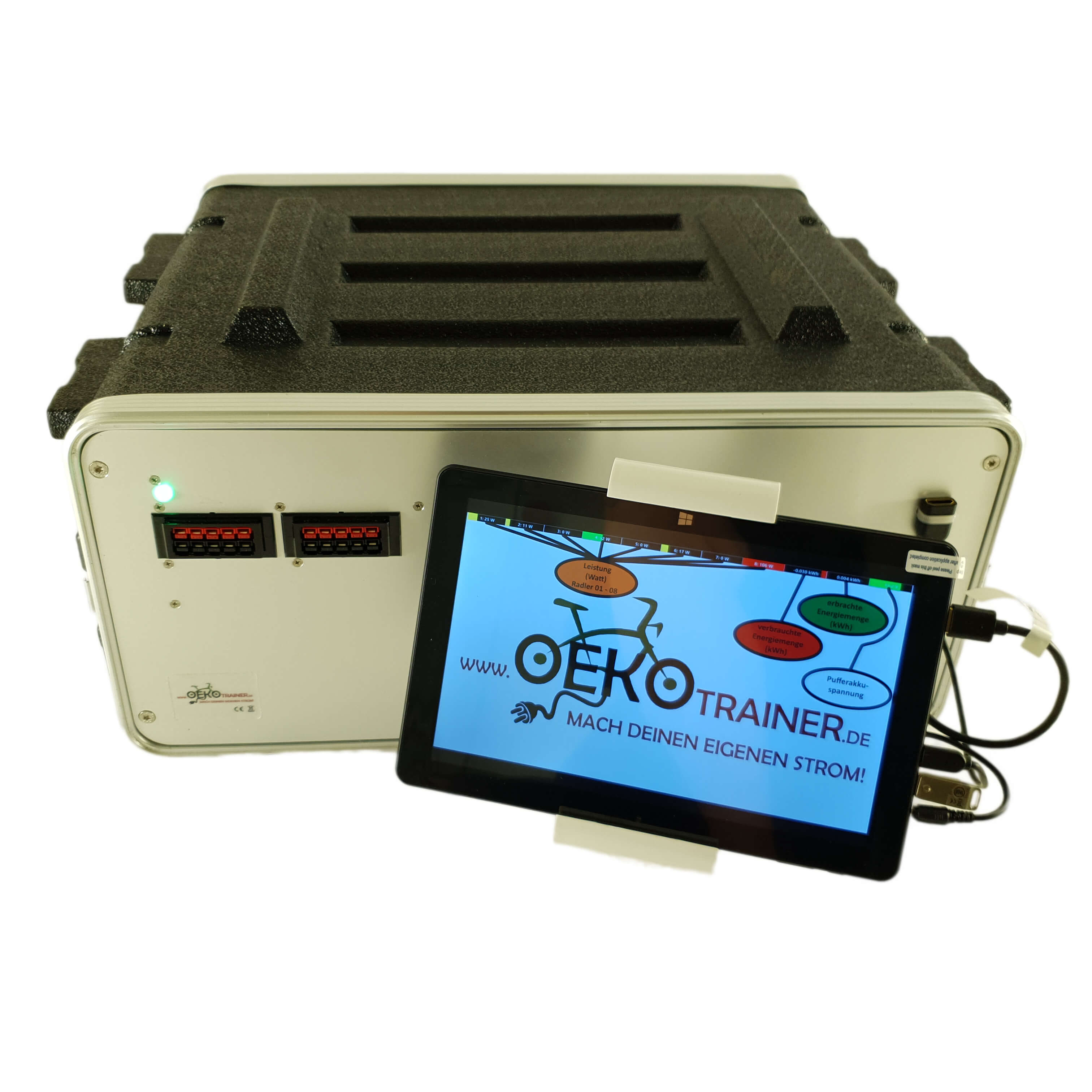 Beim Fahrradkino erzeugen 8 Oekotrainer die Energie um einen Beamer und eine PA mit Strom zu versorgen. Die Leistung der Fahrer wird in den Film eingeblendet.